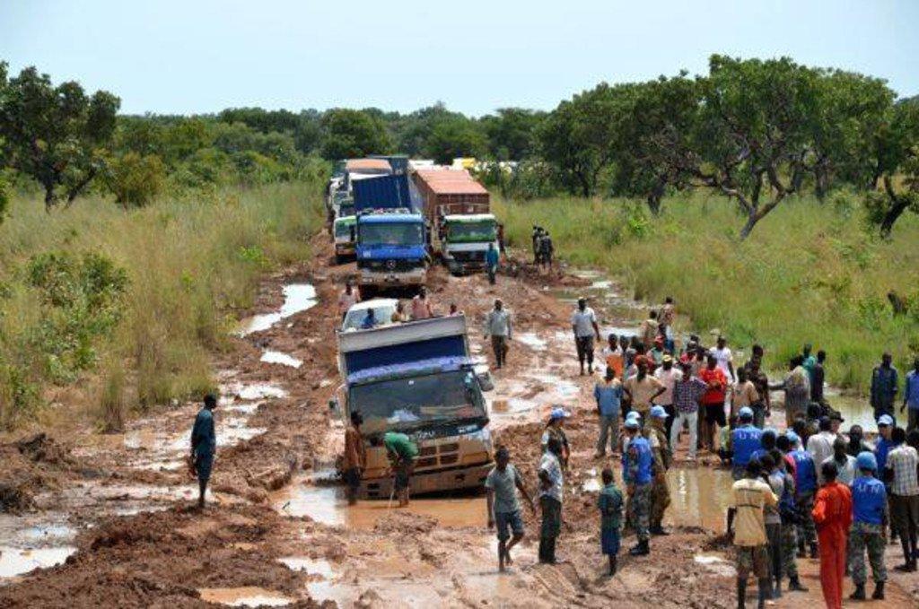 联合国南苏丹特派团的中国工程师开辟了一条道路,在暴雨和洪水之后,这条道路已经关闭了两周。