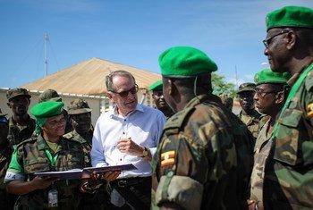 Le Vice-secrétaire général Jan Eliasson avec des soldats de l'AMISOM.