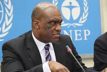 Le Président de l'Assemblée générale, John Ashe, aux côtés du Directeur exécutif du PNUE, lors de l'Exposition mondiale sur le développement Sud-Sud.