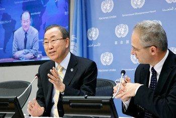 Le Secrétaire général Ban Ki-moon et le Président de la Banque mondiale Jim Yong Kim (à l'écran) donnent une conférence de presse sur leur déplacement à venir au Sahel.