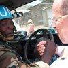 Le Représentant spécial du Secrétaire général, Martin Kobler, remercie un Casque bleu de la brigade d'intervention de la MONUSCO pour son rôle dans la libération de zones occupées par le M23.