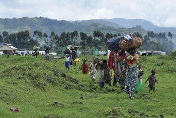 Des réfugiés en provenance de RDC arrivent au centre de transit de Nyakabande, en Ouganda, en novembre 2013.