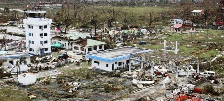 L'aéroport de Tacloban, aux Philippines, a été gravement endommagé par le passage du typhon Haiyan, le 8 novembre 2013.