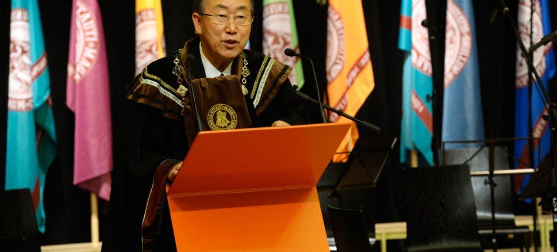 Secretary-General Ban Ki-moon addresses students at the Vytautas Magnus University in Kaunas, Lithuania.
