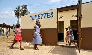 Des toilettes rénovées dans une école d'Abidjan, en Côte d'Ivoire, avec l'aide de l'ONUCI. (archive).