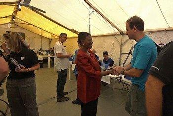 La coordinadora de la ONU para Asuntos Humanitarios (OCHA(), Valerie Amos, en Tacloban, Filipinas   Foto archivo: OCHA