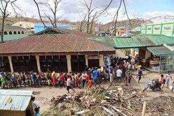 Des familles philippines patientent de recevoir des rations alimentaires du PAM de la part du gouvernement.
