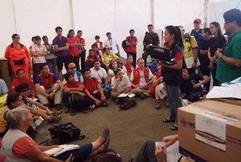 Sous la direction du Département philippin de la santé, des représentants de l'OMS, de l'UNICEF et de 23 organisations partenaires discutent de la campagne de vaccination qui a débuté le 26 novembre.