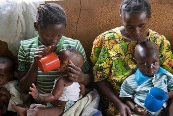 Des enfants souffrant de malnutrition aigue reçoivent des aliments enrichis et des antibiotiques.