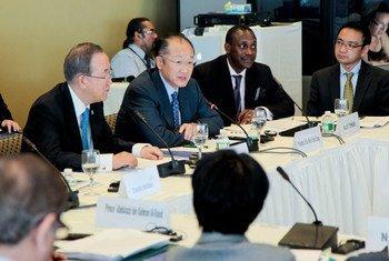Le Secrétaire général Ban Ki-moon (à gauche) et le Président de la Banque mondiale, Jim Yong Kil, lors de la réunion du Conseil consultatif de son initiative Énergie durable pour tous.