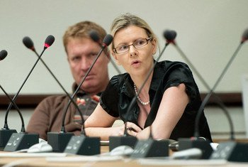 Cécile Pouilly (right), UNHCR spokesperson, speaks at a press briefing at UNOG. (file)