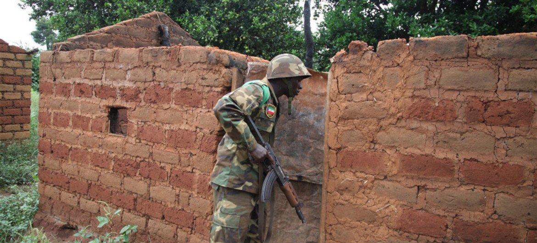 Un Casque bleu africain inspecte une maison abandonnée dans l'un des nombreux villages le long d'une route au sud de Bossangoa, en République centrafricaine.