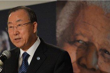 Le Secrétaire général de l'ONU Ban Ki-moon rend hommage à Nelson Mandela à Johannesbourg, en Afrique du Sud.