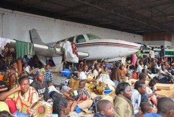 Desplazados albergados en el aeropuerto de Bangui (Foto: ACNUR-L. Wiseberg)
