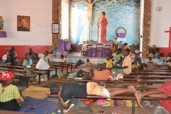Des civils déplacés par les violences interconfessionelles en RCA se sont réfugiés dans une église de Bangui.