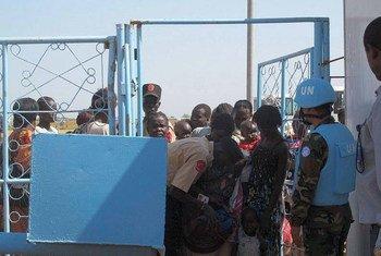 Des civils arrivent à la base de la MINUSS dans la banlieur de Jebel Kujur au sud-ouest de la capitale de Juba au Soudan du Sud.