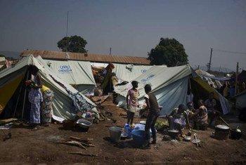 Des Centrafricains déplacés vivent sous des tentes du HCR, à l'aéroport de Bangui.