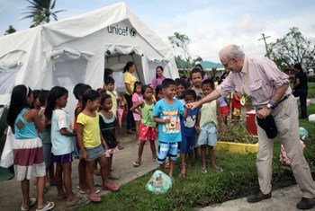 UNICEF Executive Director Anthony Lake greeting children in Guiuan, Philippines, during a four-day visit to areas devastated by Typhoon Haiyan.