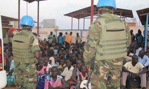 Des civils sud-soudanais fuient les violences et cherchent refuge dans une base de la MINUSS. MINUSS/Rolla Hinedi