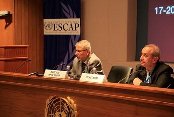 ESCAP's Director of Macroeconomic Policy and Development Division Anisuzzaman Chowdhury (left) briefs journalists in Bangkok, Thailand.