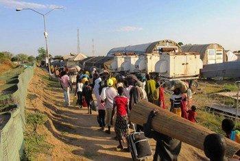 Fuyant les violences, des civils sud-soudanais se dirigent vers la base de la MINUSS à Bor, capitale de l'état de Jonglei.