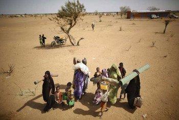 Des réfugiés maliens en route vers le Burkina Faso. Les violences intercommunautaires au centre du Mali ont poussé près de 3.000 personnes à se réfugier au Burkina Faso ces dernières semaines.