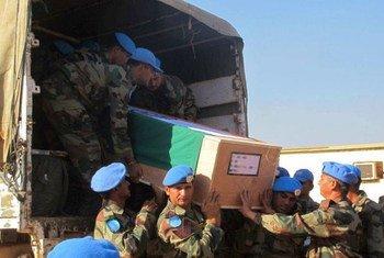 Les dépouilles de deux casques bleus indiens tués le 19 décembre 2013 à Akobo, dans l'Etat de Jonglei, au Soudan du Sud, arrivant à Juba pour une cérémonie. Photo ONU/Rolla Hinedi