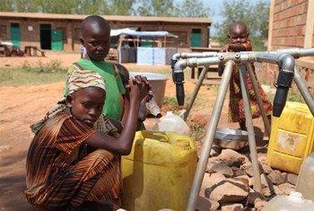 Niños en la República Centroafricana recolectan agua  Foto:IRIN/Hannah McNeish
