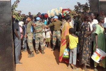 Des Casques bleus de la MINUSS fournissent une assistance à des civils déplacés au Soudan du Sud.