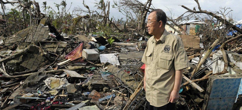 Visiting Tacloban, Philippines, UN Secretary-General Ban Ki-moon surveys damage left by Typhoon Haiyan.