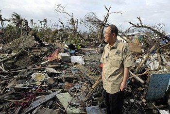 En déplacement à Tacloban, aux Philippines, le Secrétaire général de l'ONU, Ban Ki-moon, évalue les dégâts causés par le typhon Haiyan. Photo : ONU/Evan Schneider