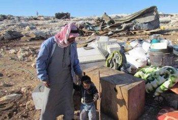 Un père et son fils avec leurs possessions après les dernières démolitions en date en Cisjordanie, qui ont provoqué le déplacement de 68 personnes.
