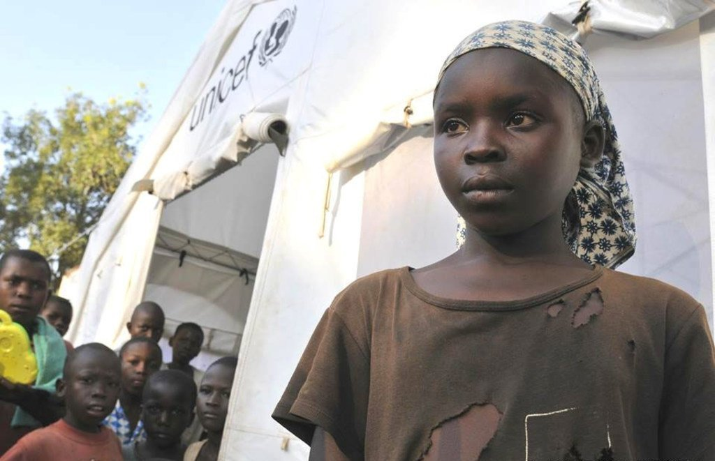 A Bossangoa, en RCA, une fillette à l'entrée d'un abri de l'UNICEF réservé aux enfants. Photo: UNICEF