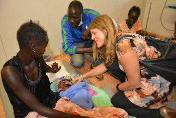 La Représentante spéciale du Secrétaire général pour le Soudan du Sud, Hilde Johnson, visite un hôpital administré par la MINUSS.