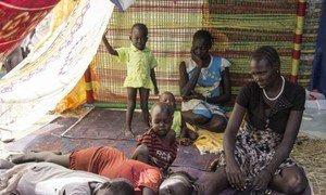Une famille de civils Sud-Soudanais a trouvé refuge sur une base de l'ONU à Juba.