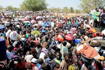 Des civils déplacés cherchent refuge à proximité de la base de la mission de l'ONU à Bor au Soudan du Sud. Photo ONU/Hailemichael Gebrekrstos