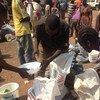 Desplazados reciben alimentos