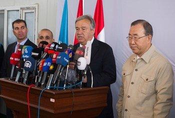 Le Secrétaire général Ban Ki-moon (à droite) en conférence de presse avec le Haut-Commissaire des Nations Unies pour les réfugiés, Antonio Guterres, à l'issue de la visite du camp de réfugiés de Kawrgosik en Iraq.