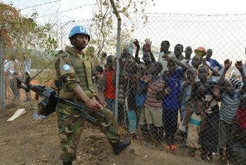 Un policier de la Mission de l'ONU au Soudan du Sud dans un site de déplacés.