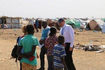 Le Sous Secrétaire général aux droits de l'homme, Ivan Simonovic (à droite) lors de sa visite au Soudan du Sud.