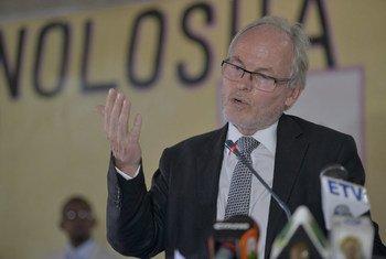 Special Representative Nicholas Kay addresses the launch of the Interim Jubba Administration in Somalia.  AU UN IST PHOTO/David Mutua