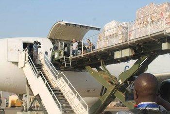 Un avion de l'UNICEF transportant de l'aide arrive à Juba, au Soudan du Sud. Photo MINUSS/Tina Turyagenda