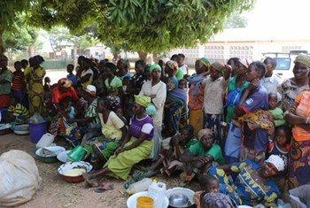 Une foule attend la distribution alimentaire à Wantiguera, en République centrafricaine.