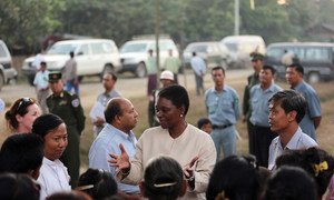 Humanitarian chief Valerie Amos (centre), on a visit in December 2012 to the  the Ma Gyee Myaing camp in Sittwe Town, Myanmar, where displaced from Rakhine state are hosted.