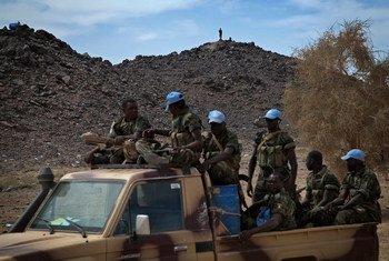 Des casques bleus en patrouille à Tessalit, dans le nord du Mali (novembre 2013).Photo MINUSMA/Marco Dormino
