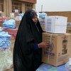 Una mujer desplazada en la provincia de Anbar, Iraq, recoge ayuda.