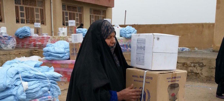 Une femme déplacée dans la province d'Anbar collecte de l'aide.
