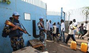 Des casques bleus au Soudan du Sud gardent l'entrée de leur base à Juba. Photo MINUSS/Isaac Billy