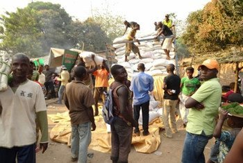 Distribution alimentaire dans un camp de déplacés à Bangui, en République centrafricaine.