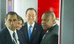 Le Secrétaire général Ban Ki-moon (au centre) à son arrivée à l'aéroport de La Havane, à Cuba. Photo ONU/Mark Garten